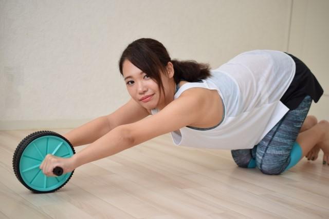 腹筋ローラーダイエット!女性や初心者向けの効果的なやり方!